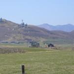 まぶりっとを南側ゲートの場所から見たところ。後ろの山にあるのは空自の百人浜分屯地。