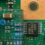 EEPROMの24RF08近辺のアップ。左に見えるのは定規の目盛り。これを見ると如何に小さいチップであるかが分かる。