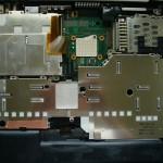 液晶ユニットとキーボードベゼルを取り外したA21mの下半身。真ん中のやや上にある白い四角形がCPUソケット。
