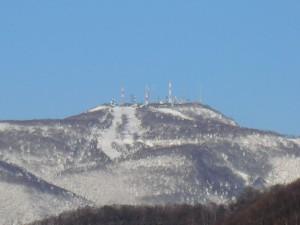 11/8の雪で白くなった手稲山。