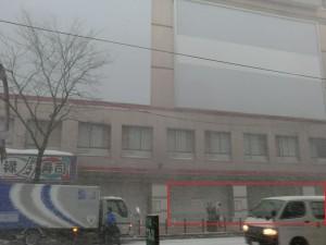 赤枠内が道銀の薄野支店が入っていた部分。左側にみえる回転寿司屋はだいぶ前に移転済み。
