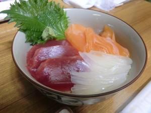 私が頼んだ「マグロ赤身・サーモン・ヤリイカの自由海鮮丼」。
