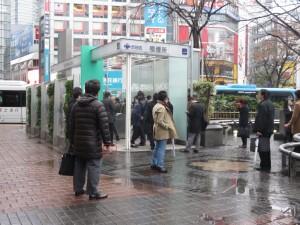 朝の渋谷駅前の喫煙所。赤で囲った部分に煙草が見える。