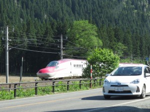 「森の駅」前を通過するE6系「こまち24号」