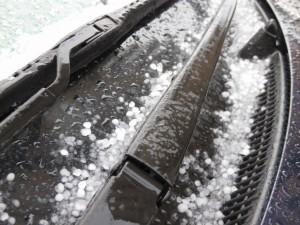 車のフロントガラスに積もった雪