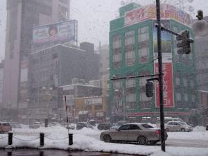 激しく降る雪@すすきのラフィラ前