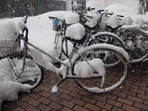 放置自転車の上にも雪がたっぷり積もっている。