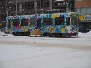 すすきのを走る雪ミク電車。道路はすっかり雪で覆われた。