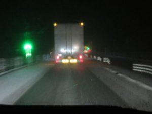 道東道の雪。走行車線の路面にも積もり始めていた。