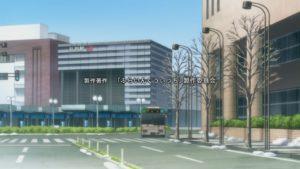"""アニメの弘前駅の外観。""""JR東日本""""のロゴが描かれて無い。"""