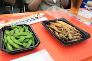 """会場で食べた""""枝豆""""と""""ワカサギの食べ比べ""""。大小のワカサギが混在している。"""