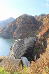 豊平峡ダムとダム湖越しに観る紅葉