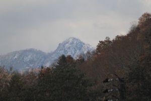 駐車場から遠く北のほうに見えた山頂は白くなっていた
