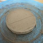 最初に作った底板。粘土の板を作り丸く切り出したもの。