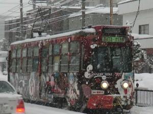 停留所に進入する今年の雪ミク電車(212号車)