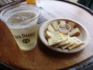 ジャックソーダとカマンベールチーズ。