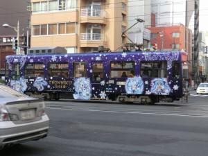 すすきの方面に向かう雪ミク電車。