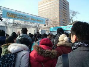 公開録音開始直前のステージ前の様子。ステージにいるのはパーソナリティの片岡香澄さん30歳。