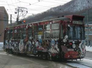 2012-2013シーズンに雪ミク電車として運行していた212号車(電車事業所前の交差点にて)