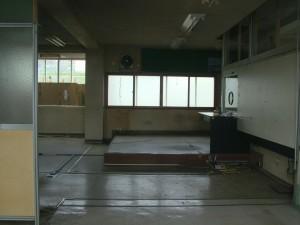 江差駅の事務室内部。備品は殆ど撤去されていた。
