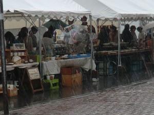 会場の一部。土砂降りの雨で人通りが無い。