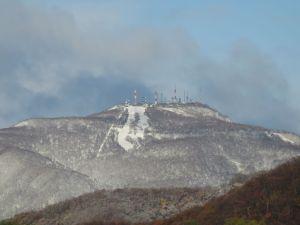 初冠雪となった手稲山。手前の低い山もうっすらと白くなっている。初冠雪となった手稲山
