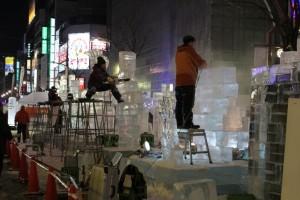 「氷彫刻コンクール」参加作品の制作風景。