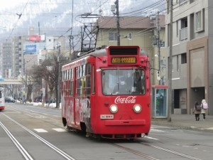 西線16条電停付近を走行中の札幌市電221号車