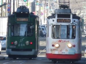 すれ違うLED化された札幌市電246号車と同255号車