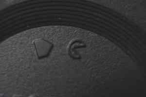 NIKON純正のマウントキャップに描かれているマーク。