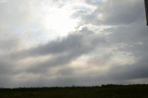 雲の合間の太陽を天海珈琲の建物脇から。