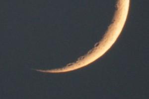 上の写真から月の下の部分を等倍で切り出したもの。