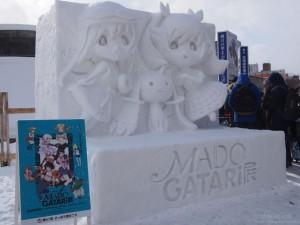 雪まつり大通11丁目会場にあるMADOGATARI展雪像