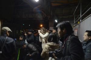 入線後先頭の機関車を撮ろうと集まった人たち。カメラも一眼レフからコンデジ、スマフォと様々。