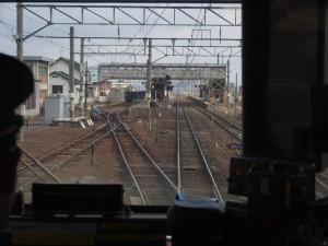 川部駅に進入。入線するのは向かって左側の五能線ホーム。