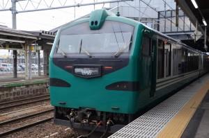 弘前駅に入線してきた「リゾートしらかみ2号」ブナ編成。