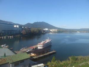 窓から見た阿寒湖の展望。ホテルの目の前が観光船の乗り場。