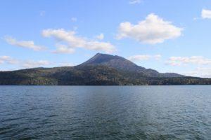 湖上から見た雄阿寒岳